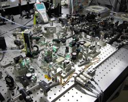 全固体真空紫外レーザーによる超微細加工装置